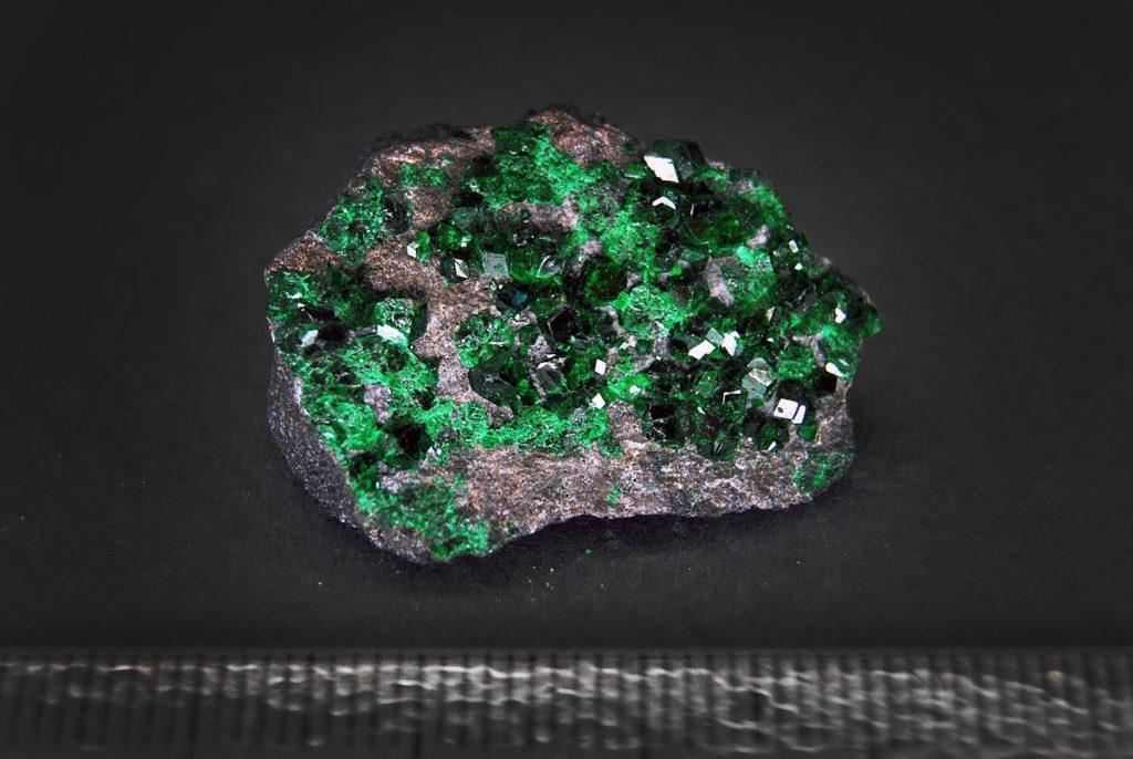 Бледно зеленые камни