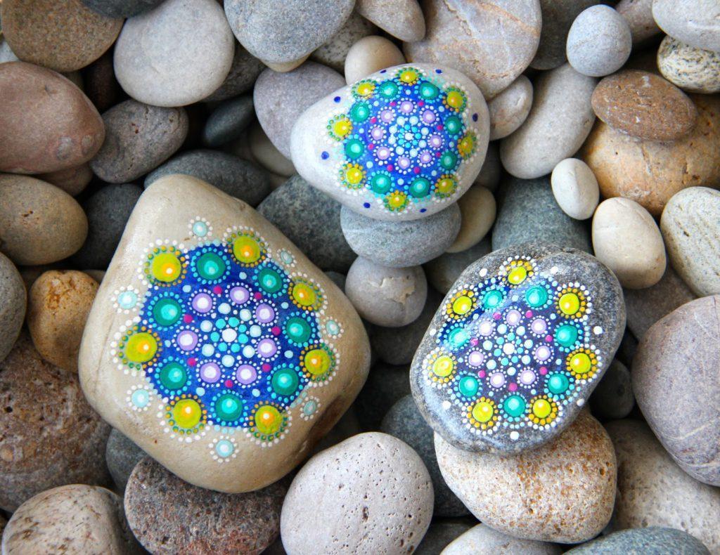 Раскрасить камень под птицу