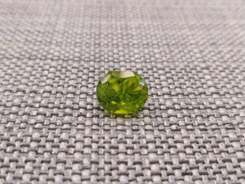 Обзор удивительных свойств, присущих камню хризолит